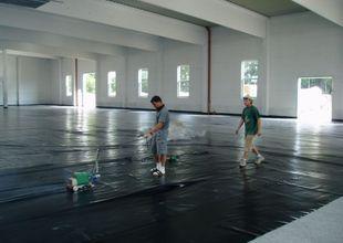 Pokládka vodorovné hydroizolace podlahy v hale