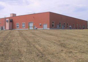 Celkový pohled od jihovýchodu. Na jižní straně haly je umístěna zděná vzduchotechnická tlumičová komora.