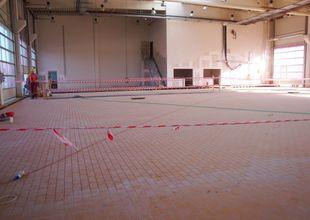 Dokončená pokládka dlažby v prostoru dílen autoservisu