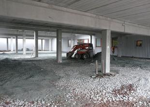 Navážení a hutnění konstrukčních vrstev podlahy v 1.NP