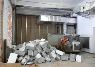 Bourací práce uvnitř přístavby