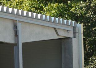 Detail kluzného připojení ocelového sloupu ke střešnímu vazníku