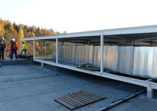 Pohled na nové vzduchotechnické rozvody na střeše stávající haly.