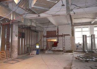 Práce uvnitř stávající haly v uvolněném prostoru po přemístěné klimatizaci