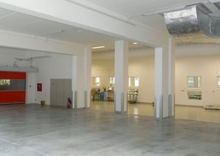 Vnitřní prostor 1.NP přístavby s průhledem do stávající haly