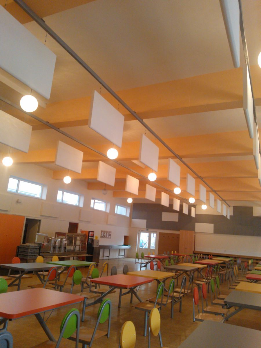 View of the school canteen with acoustic elements