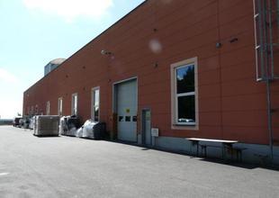 Západní strana s vjezdy a vstupy do výrobní haly