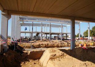Montáž železobetonového skeletu a výkopy pro montážní jámy uvnitř stavby