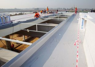 Laying of roofing made from a PVC membrane