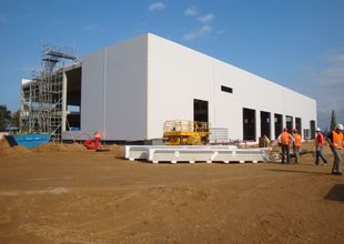 Assembly of outside walls made from thermally insulating sandwich panels