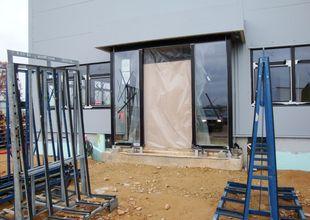 Vstup do administrativní části - montáž prosklené stěny s automatickými dveřmi