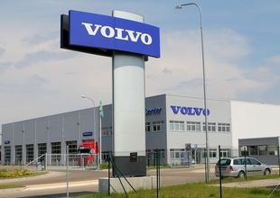 Advertisement column in front of the entrance into the VOLVO Truck Center Hradec Králové facility