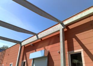 Detail navázání nosné konstrukce nového skladu na stávající výrobní halu