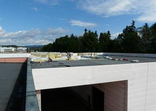 Práce na střeše nové haly