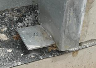 Kotvení ocelové zárubně do základového prahu (výškově vyrovnáno a připraveno k betonáži podlahy)