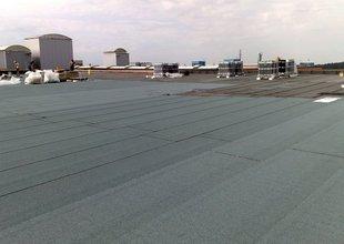 Pokládka vrchní vrstvy střešní krytiny z modifikovaných asfaltových pásů