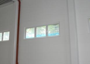 Interiér nové skladové haly - vnitřní svod dešťových vod