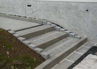 Chodníky a venkovní vyrovnávací schodiště