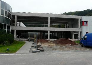 Pohled na průčelí nové haly po dokončení montáže železobetonového skeletu
