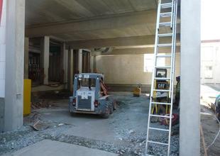 Práce uvnitř přístavby - násypy pro vyrovnání výškové úrovně podlahy
