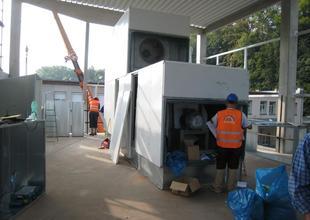 Přemístění první klimatizační jednotky do 2.NP nové přístavby
