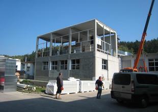Celkový pohled na přístavbu - probíhající práce na zprovoznění první přemístěné klimatizační jednotky