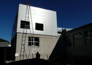 Dokončená montáž obvodového pláště jihovýchodní stěny přístavby