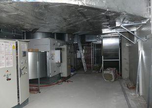 Vnitřní prostor 2.NP přístavby - práce na znovuzprovoznění přemístěných klimatizačních jednotek