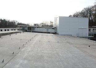 Severozápadní pohled na přístavbu a vzduchotechnické rozvody na střeše