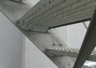 Ocelové schodiště do 2.NP přístavby - detail stupně